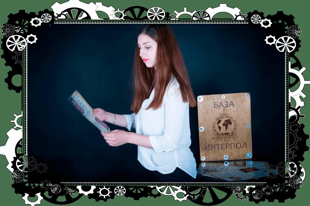 для того, що б вийти з ескейп рум дівчина виконує завдання квесту місія нездійсненна в харкові