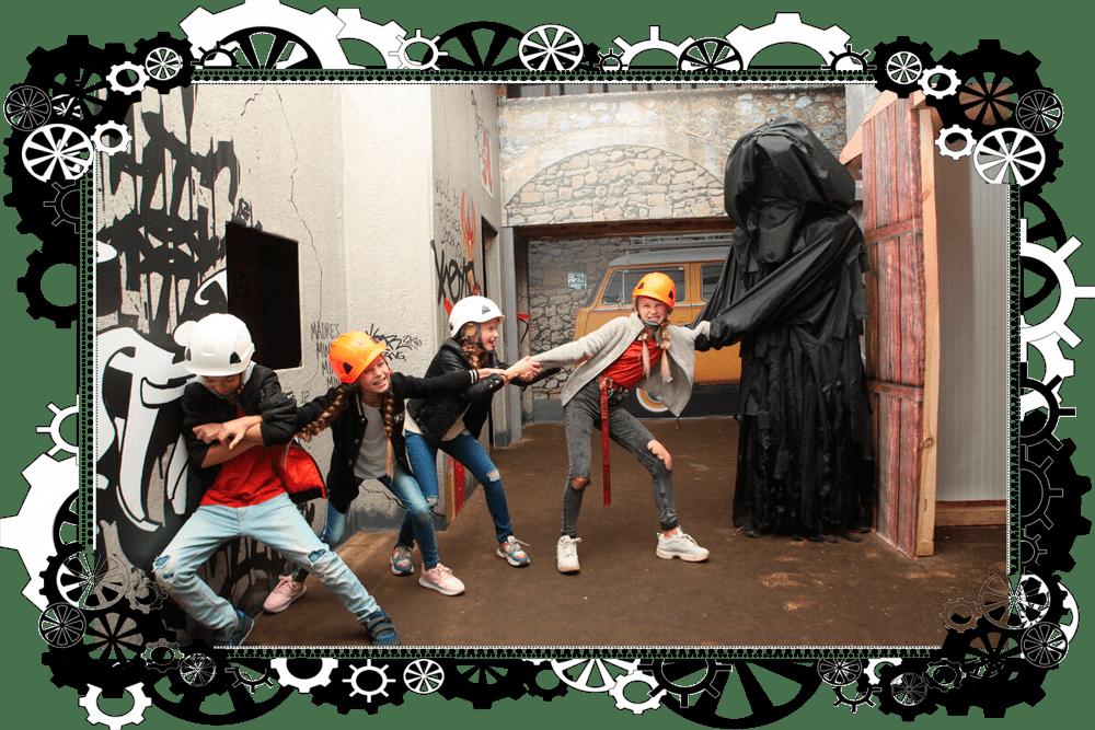 девочки пытаются спастись из лап зомби в хоррор квесте Прятки