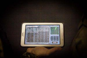 В процессе тимбилдинга игроки с планшетом выполняют задания в квесте сталкер