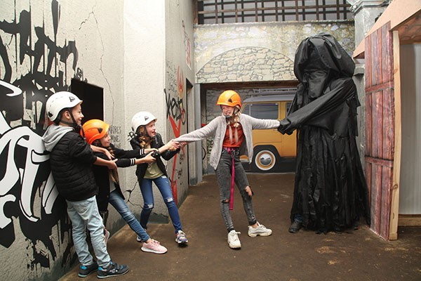 актер в квесте прятки поймал детей