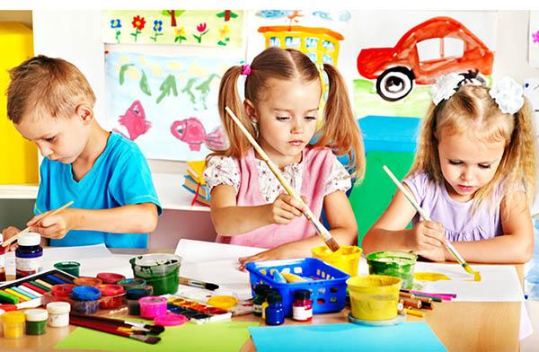 девочки и мальчики учатся рисовать во время мастер класса в Фактория харьков