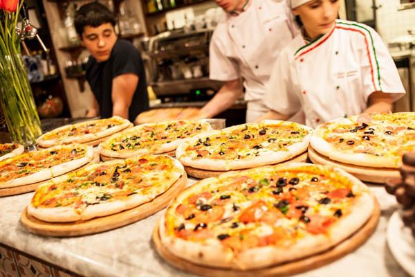 повар готовит пиццу по оригинальному рецепту