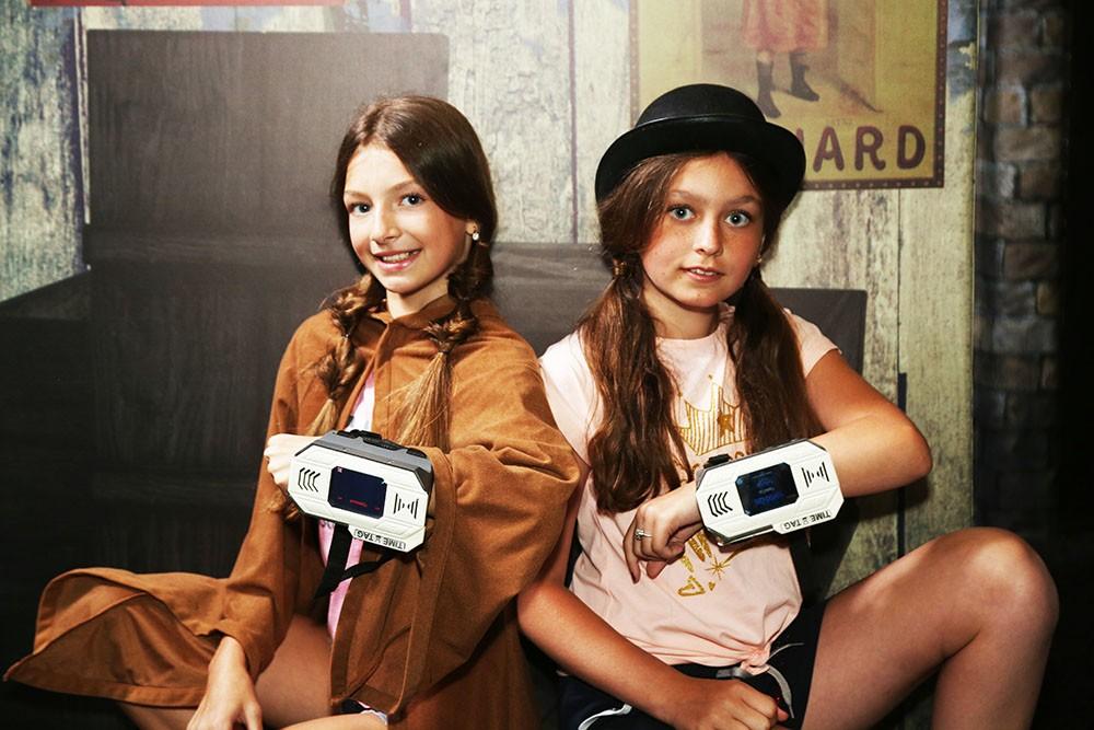 дівчата грають в активну гру мисливці за часом таймтаг