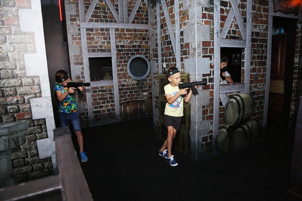 діти грають в лазертаг на арені факторія в екваторі